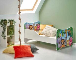 Detská posteľ so zábranou so zdobenými bočnicami