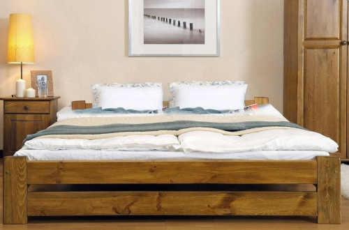 Drevená vyvýšená manželská posteľ