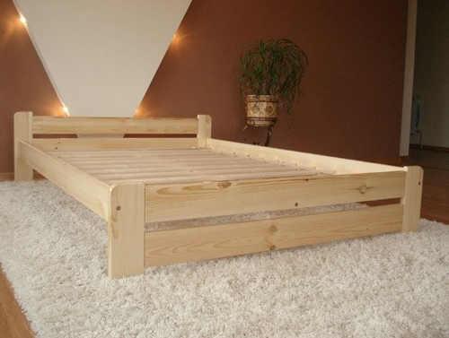 Dvojlôžková vyvýšená posteľ z pevného materiálu