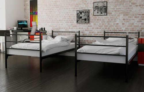 Po rozložení poschodovej postele vzniknú dve samostatné kovové postele