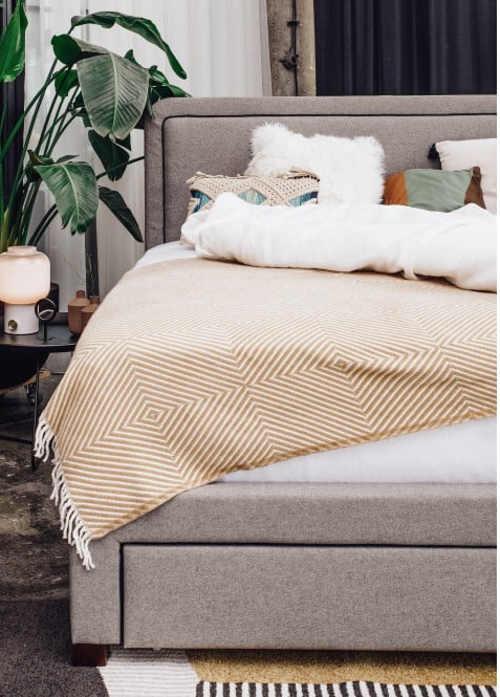 Sivá čalúnená posteľ s vysokým čelom